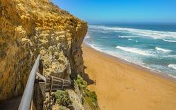 台阶的下降对海滩的向在附近的太平洋 图库摄影
