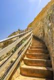 台阶的下降对海滩的向在附近的太平洋 免版税图库摄影