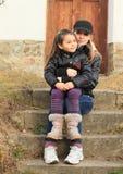 台阶的两个女孩 免版税库存照片