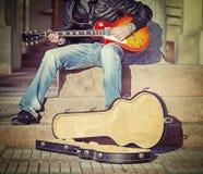 台阶的吉他演奏员在葡萄酒口气 库存照片