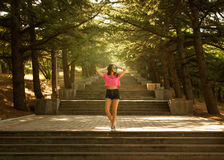 台阶的女孩在阳光下 免版税图库摄影