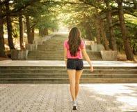 台阶的女孩在阳光下 图库摄影