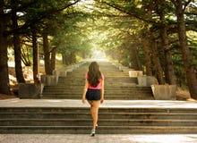 台阶的女孩在阳光下 免版税库存图片
