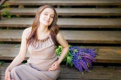 台阶的孕妇在公园 免版税库存图片