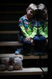 台阶的孤独的小男孩 免版税库存照片