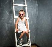 台阶的小女孩 图库摄影