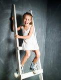 台阶的小女孩 免版税库存照片