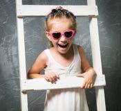 台阶的小女孩 免版税图库摄影