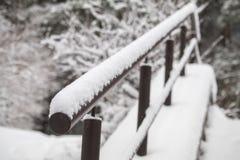 台阶的扶手栏杆在雪 在降雪以后的路 冬天回家 免版税库存照片
