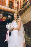 台阶的美丽的新娘 免版税库存照片
