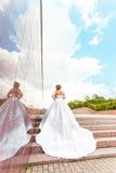 台阶的美丽的灰姑娘新娘 免版税库存照片