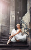 台阶的美丽的芭蕾妇女 库存照片