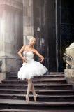 台阶的美丽的芭蕾妇女 免版税图库摄影