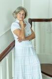 台阶的美丽的年长妇女 库存照片