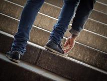 台阶的年轻人 免版税库存图片