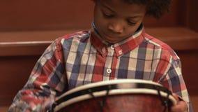 台阶的年轻非洲的鼓手 股票录像
