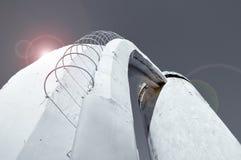 台阶透视底视图由混凝土和钢筋制成,导致对在未来派最低纲领派宇宙desig修造的专栏 免版税图库摄影