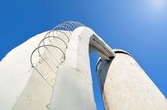 台阶透视底视图由混凝土和钢筋制成,导致对在未来派都市样式修造的专栏 免版税库存图片