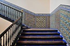 台阶 在墙壁上的摩尔人瓦片在塞维利亚,西班牙城堡 免版税库存照片