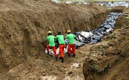 台风海盐的受害者的万人冢在菲律宾 库存照片