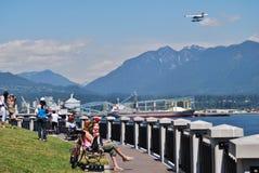 史丹利公园防波堤的人们在温哥华加拿大 免版税库存照片