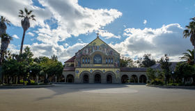 史丹福大学校园-帕洛阿尔托,加利福尼亚,美国主要方形字体的纪念教会  免版税库存图片