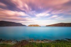 史宾纳隆加岛海岛的看法日落的与好的云彩和风平浪静 库存图片