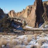 史密斯岩石和弯曲的河在篱芭后 库存图片