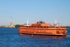 史泰登岛渡轮和自由女神像 免版税库存图片