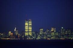 从史泰登岛在晚上,纽约, NY的曼哈顿地平线 免版税库存图片