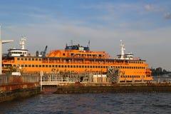 史泰登岛渡轮在白厅终端靠了码头在曼哈顿 库存照片