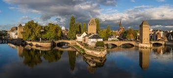 史特拉斯堡、中世纪桥梁、塔和大教堂晚上全景  库存照片