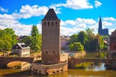 史特拉斯堡、中世纪桥梁蓬兹Couverts和大教堂 改变 库存照片