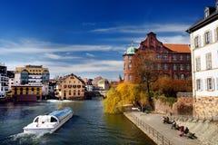 史特拉斯堡老镇小的法国历史的地区有运河的在春天或秋天晴天 库存图片