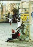史特拉斯堡,法国, 2014年3月:有站立在街道上的电话箱子的儿童位子的自行车 免版税库存图片