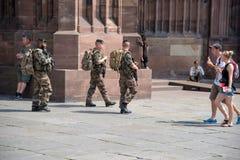 史特拉斯堡,法国- 2015年8月11日:巡逻在史特拉斯堡的三位法国战士在大教堂附近 图库摄影