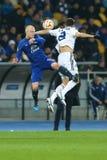 史蒂文Naismith和达尼洛森林区战斗为球的在天空中, UEFA欧罗巴16在发电机之间的秒腿比赛同盟回合  库存图片