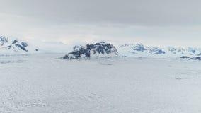 史诗南极洲雪岩石风景鸟瞰图 股票录像