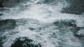 史诗特写镜头顶视图被射击冲的水和的泡沫强有力的自然小河下来在尼亚加拉河慢动作 股票视频