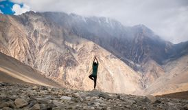 史诗瑜伽姿势人震动山云彩雾 库存图片