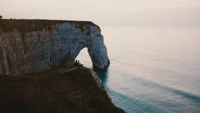 史诗电影空中跨线桥被射击愉快的男人和妇女观看的日落海在著名诺曼底岸峭壁顶部 股票视频