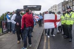 右翼抗议者挑战反UKIP行军在马盖特 免版税库存照片