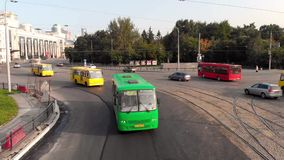 叶卡捷琳堡,俄罗斯- 2018年6月:都市运输 ?? 有交通的交叉点的现代大都会 股票录像