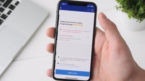 叶卡捷琳堡,俄罗斯- 2018年10月3日:使用售票的人 iPhone x智能手机的com app,浏览通过页 影视素材