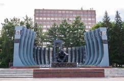 叶卡捷琳堡,俄罗斯- 7月, 05,2017 :对在阿富汗丧生的战士记忆的黑郁金香纪念碑  库存图片