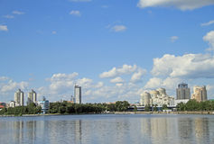 叶卡捷琳堡,城市池塘都市风景  免版税库存照片