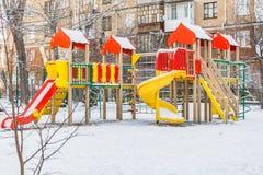 叶卡捷琳堡,斯维尔德洛夫斯克俄罗斯- 29 10 2018年:有色的红色蓝色黄色木房子和幻灯片的儿童的游乐场与 免版税库存图片