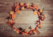 叶子、苹果和莓果的秋天安排在木背景与自由空间文本的 顶视图,概念  免版税库存照片