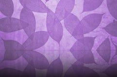 叶子仿造紫色墙纸 库存图片