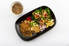 叶子包裹了位规模开胃菜,传统泰国食物。 免版税库存图片